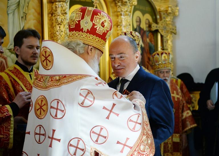 Награждение М.Ю. Абрамова орденом «Славы и чести» II степени