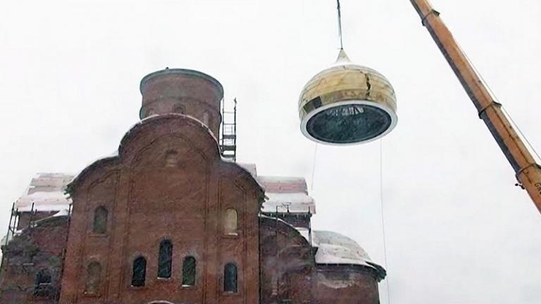 Возведение купола храма Чуда Архангела Михаила в Хонех